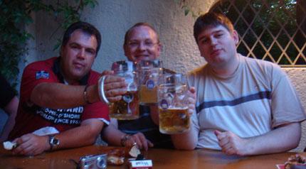 Maß-Anstoßen im Biergarten